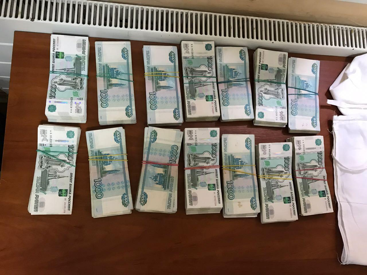 Троє українців під одягом несли до Росії понад 3 мільйони рублів