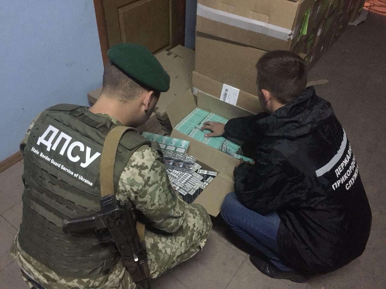 На Одещині виявлено місце накопичення сигарет на майже 1,4 мільйона гривень