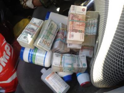Хороший улов!: На КПВВ «Зайцево» обнаружили 10 млн. российских рублей и 100 тыс. долларов США, скрытые в топливном баке автомобиля